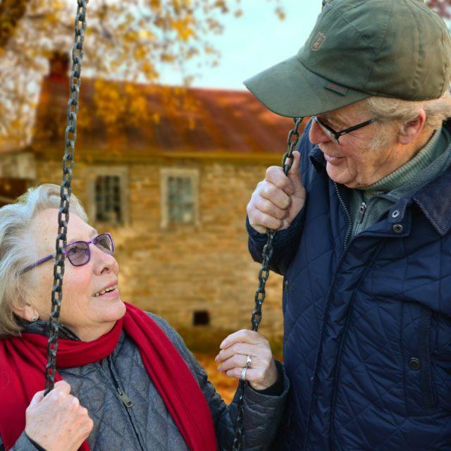Anziani altalena